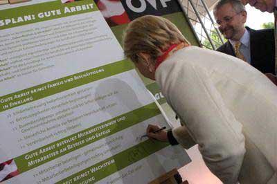 Wirtschaftskammer Wien Präsidentin Jank unterschreibt das Manifest
