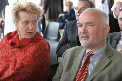 Isabella Weindl und Peter Adler hören interessiert zu